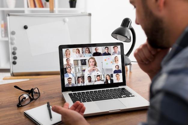 Reunión de equipo llamada de conferencia en línea en la computadora portátil Foto gratis
