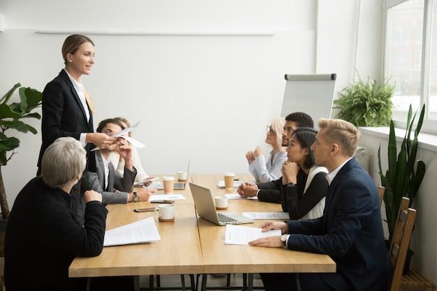 Reunión exitosa del equipo principal del jefe femenino que habla con los empleados multirraciales Foto gratis