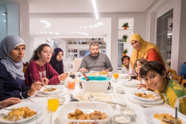 Reunión Familiar Comiendo Comida Alrededor De La Mesa De La Cocina