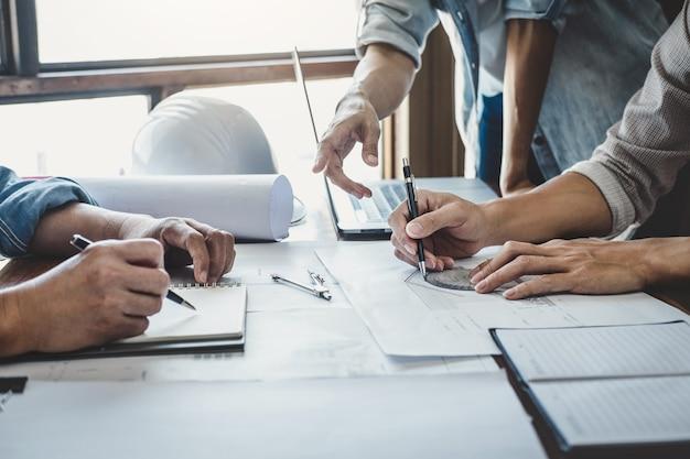 Reunión de ingenieros para el proyecto de trabajo con socios y herramientas en construcción de modelos y planos Foto Premium