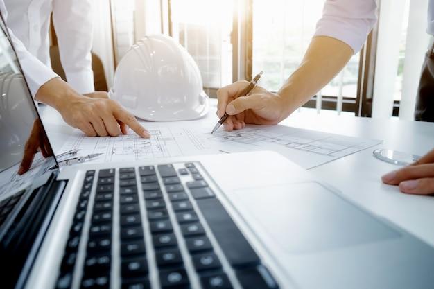 Reunión de ingenieros para proyectos arquitectónicos trabajando con socios Foto gratis