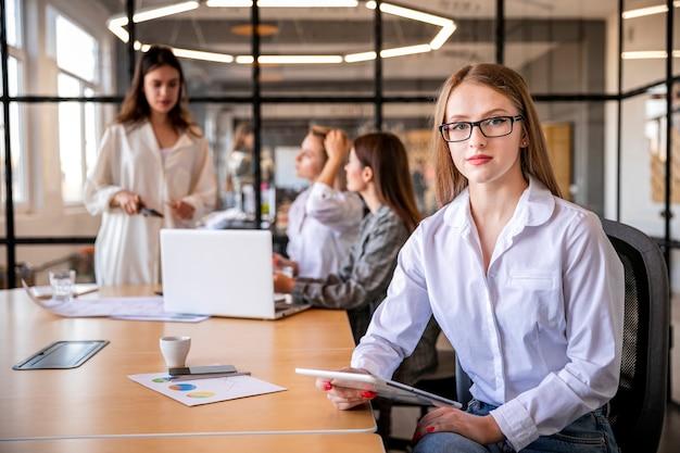 Reunión mensual de alto ángulo en la oficina Foto gratis