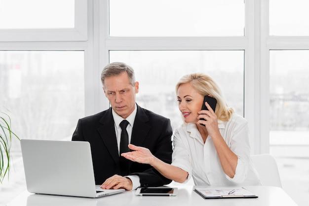 Reunión de negocios de alto ángulo Foto gratis