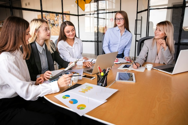 Reunión de negocios con el equipo de mujeres. Foto gratis