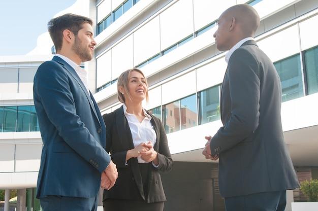 Reunión de negocios del gerente de ventas y una pareja de clientes. Foto gratis