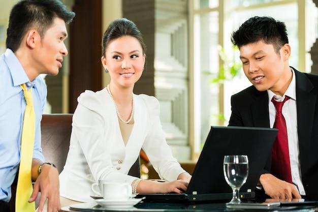Reunión de presentación de gente de negocios chinos t Foto Premium