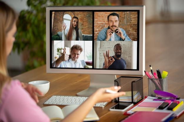 Reunión remota mujer que trabaja desde casa durante el coronavirus o la cuarentena covid-19, concepto de oficina remota. Foto gratis