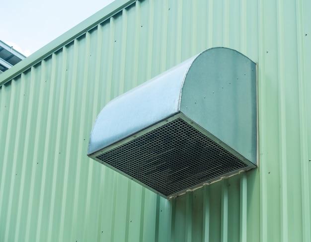 Revestimiento de chapa verde del edificio y ventilación Foto Premium