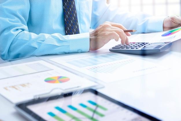 Revisando un informe financiero en el retorno de análisis de inversión Foto Premium