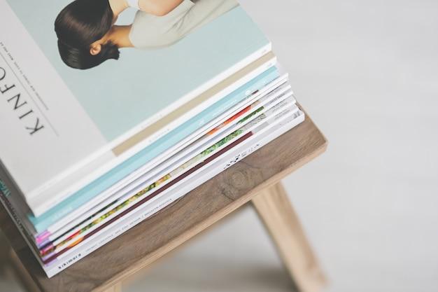 Revistas encima de una silla de madera Foto gratis