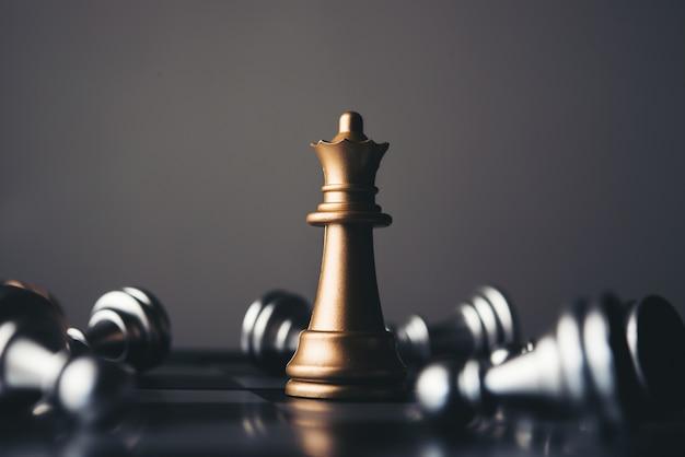 Rey y caballero de la disposición del ajedrez en fondo oscuro. Foto Premium