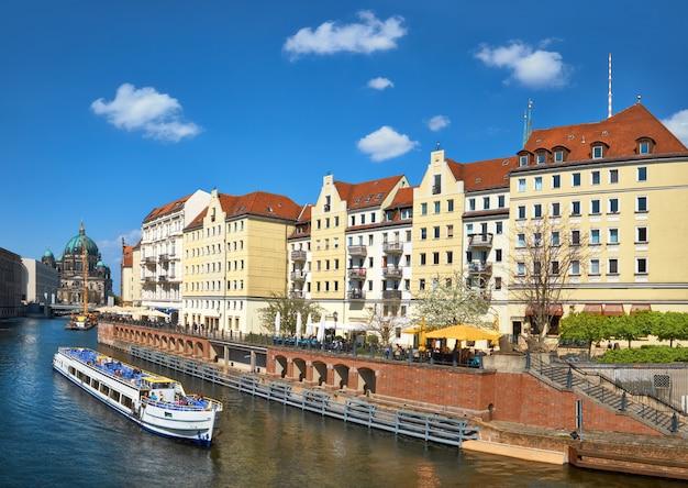 Ribera con casas antiguas en el centro este de berlín Foto Premium