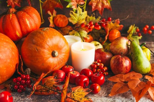 Rica cosecha de verduras y frutas en mesa. Foto gratis