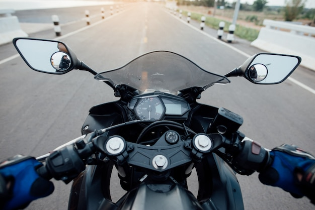 Rider moto en la carretera. divirtiéndose conduciendo el camino vacío Foto gratis