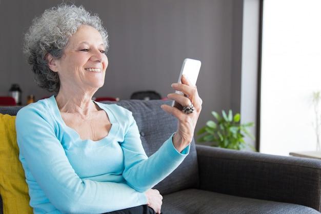 Riendo feliz mujer senior hablando con nietos Foto gratis