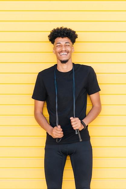 Riendo joven negro con cuerda de saltar Foto gratis