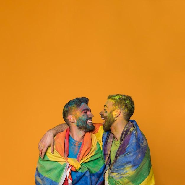 Riendo sucio abrazando a los amantes homosexuales Foto gratis