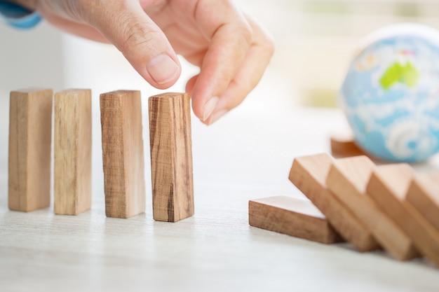 Riesgo de planificación de estrategia en concepto de negocio: empresario o ingeniero colocando bloques de madera Foto Premium