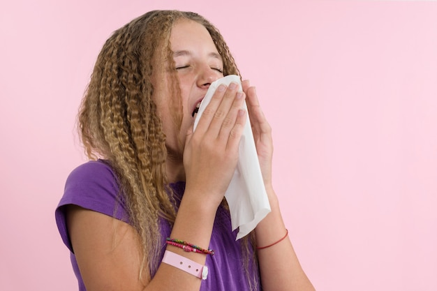 Rinitis alérgica en unas vacaciones de verano. Foto Premium