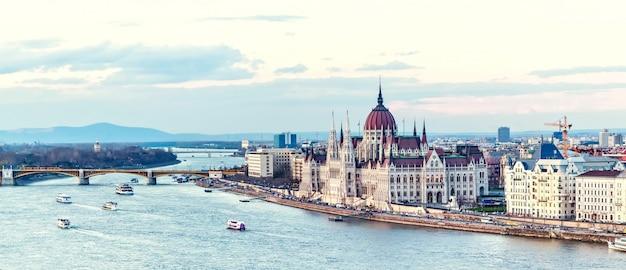Río danubio y el parlamento en budapest Foto Premium