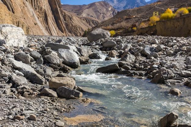 Río panda khola, lupra village, lower mustang nepal Foto Premium