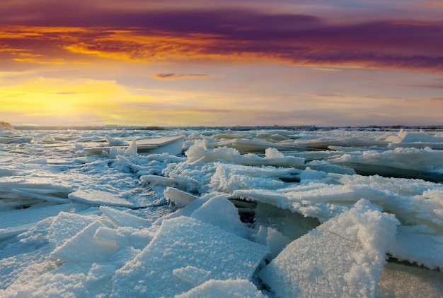 Río en la puesta de sol de invierno Foto gratis