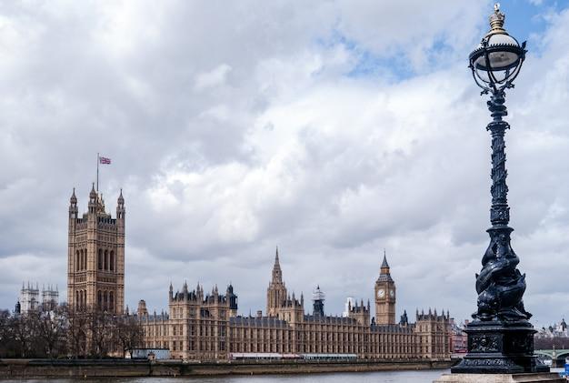 Río támesis y palacio de westminster Foto Premium