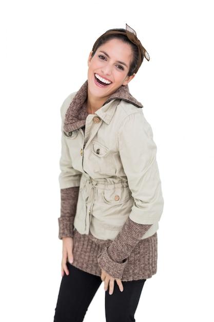 89b93ca76c2b Risa morena linda en moda de invierno posando para la cámara ...