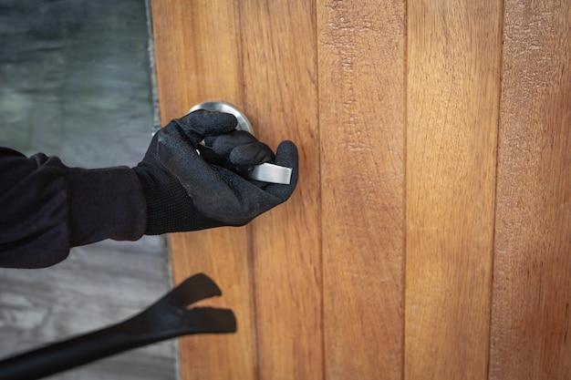 Robó la puerta de la casa con hierro. Foto gratis