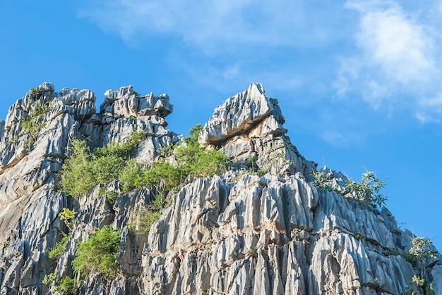 Roca montaña con cielo azul en la provincia de nakhonsawan, tailandia Foto gratis