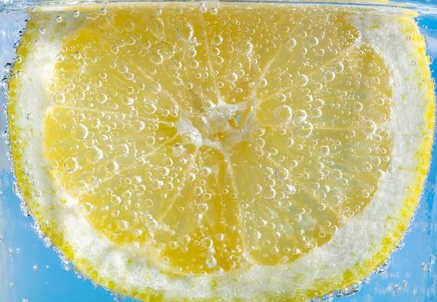 Rodaja de limón con burbujas Foto Premium