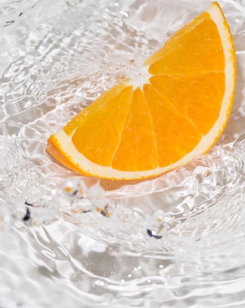 Rodaja de naranja en agua Foto gratis