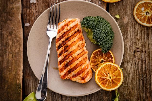 Rodaja de salmón a la parrilla Foto gratis