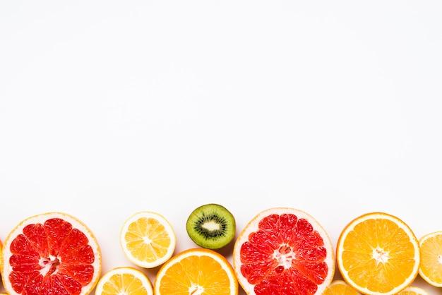 Rodajas de frutas exóticas y saludables. Foto gratis