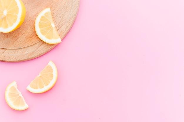 Rodajas de limón sobre tabla de madera Foto gratis