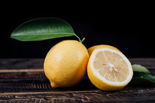 Rodajas de limones en mesa de madera Foto gratis