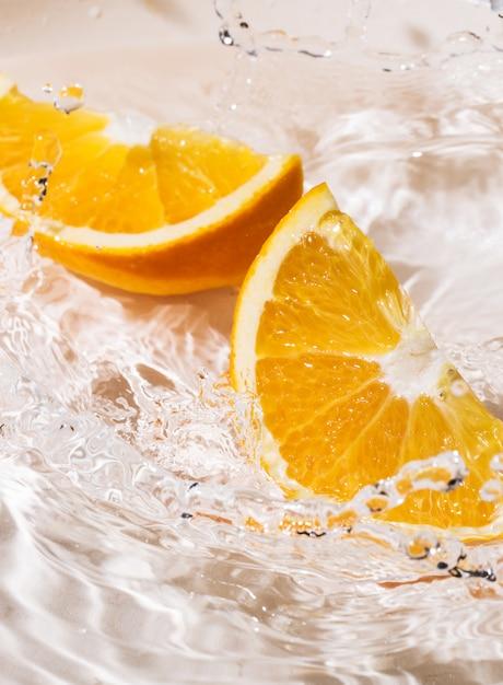 Rodajas de naranja en agua Foto gratis