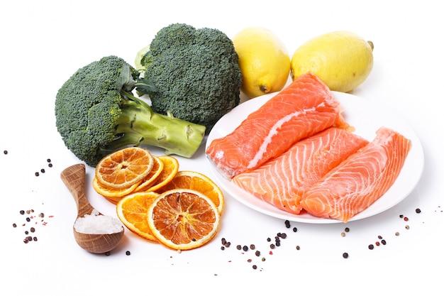 Rodajas de salmón crudo Foto gratis