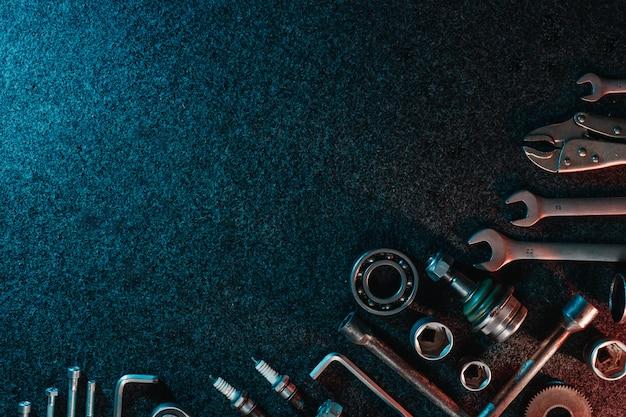 Rodamientos, llaves, pernos en la oscuridad Foto Premium