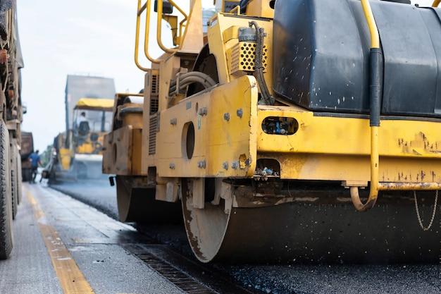 Rodillo compactador durante la construcción de carreteras. en trabajos de asfaltado. tailandia Foto Premium