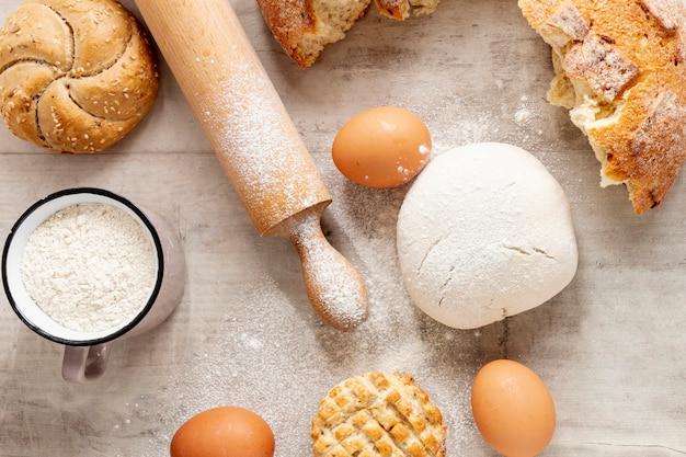 Rodillos de masa y huevos Foto gratis