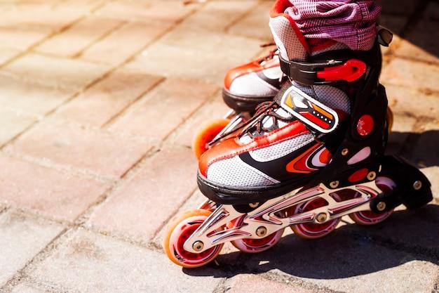 Rodillos rojos infantiles para actividades al aire libre en primavera y verano. Foto Premium