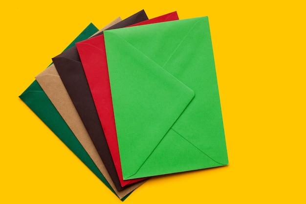 Rojo, marrón, sobre verde, vista superior. Foto Premium