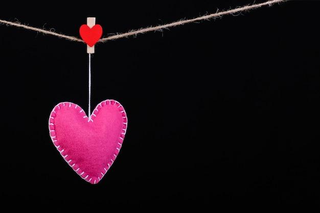 Rojo sintió corazones en una cuerda Foto Premium