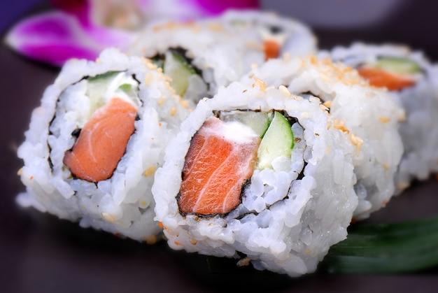 Roll americano con salmón y aguacate Foto Premium