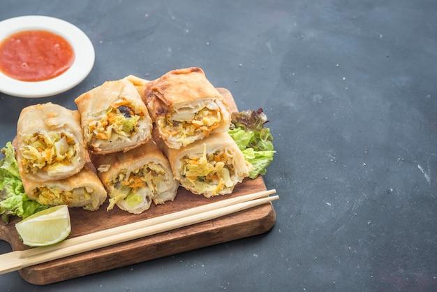 Rollito de primavera vegetariano con salsa dulce Foto Premium
