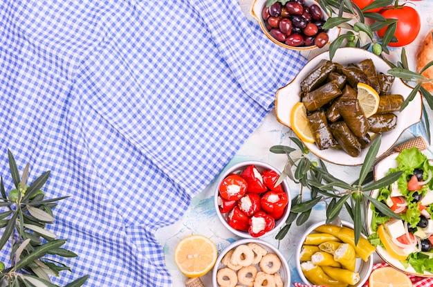 Rollitos de col turca y diversos aperitivos de la cocina nacional. arroz en hojas de uva y aceitunas. comida para un almuerzo oriental tradicional Foto Premium