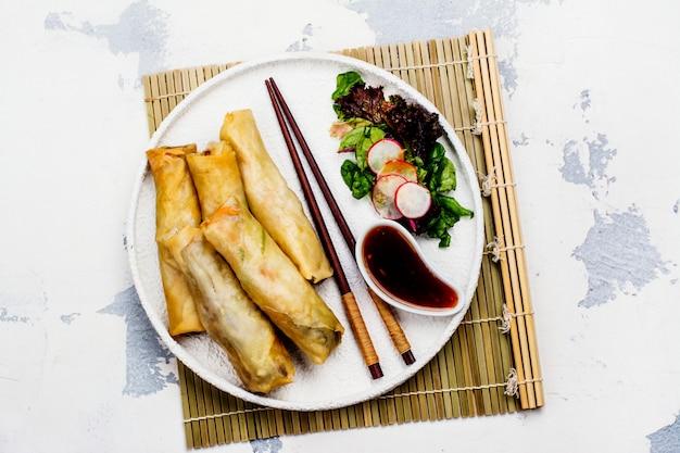Rollitos de primavera fritos con verduras, carne de pato y fideos. Foto Premium