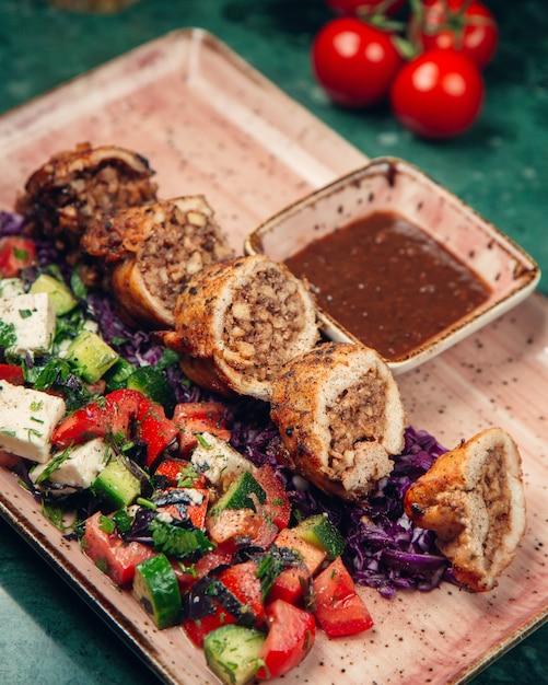 Rollo de carne con ensalada de pastor Foto gratis