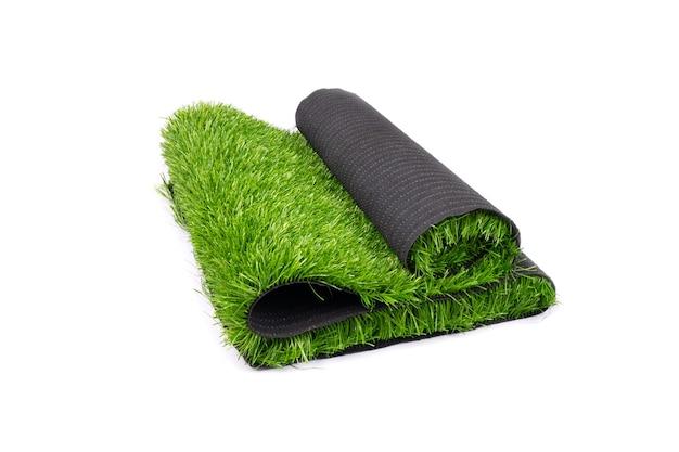 Rollo de césped verde artificial aislado sobre fondo blanco, que cubre parques infantiles y campos deportivos. Foto Premium